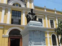 Monumento a Andrés Bello, frenta a la Casa Central de la Universidad de Santiago de Chile.