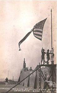 Marines izando la bandera de Estados Unidos durante la ocupación militar de Veracruz el 27 de abril de 1914