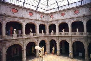 Patio principal de la Academia de San Carlos, fundada en 1781. Fue la primera escuela de arte en el continente y Desde su creación ha sido el centro medular de la creación artística en América, particularmente durante los siglos XVIII y XIX, al constituirse como el semillero de grandes talentos en el mundo del arte.