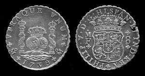 Un real de a ocho de Felipe V (1739). También llamado peso duro o peso fuerte, esta importante moneda de la época indiana se convirtió en la primera divisa de uso mundial, y fue ampliamente utilizada en Norteamérica y el Sureste asiático, y en ella se basaron tanto el dólar estadounidense como el yuan chino.