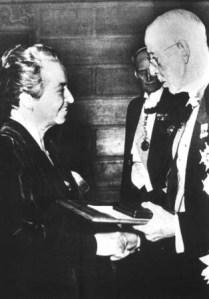 Gabriela Mistral recibiendo el Premio Nobel de Literatura en 1945.