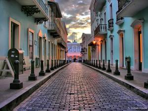 Calle del viejo San Juan, ejemplo típico de arquitectura virreinal de la América española.