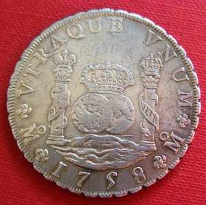 """Colmnario de plata acuñado en la ceca de México en 1758.  Los Estados Unidos se inspiraron en las columnas de Hércules para crear el símbolo del dólar ($). El lema en latín """"Utraque Unum"""" significa """"ambos son uno"""" y simboliza la unidad de la Monarquía hispánica en ambos hemisferios."""