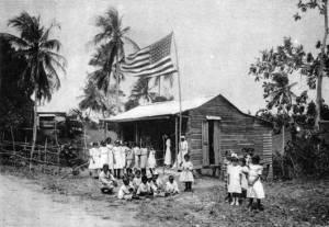 Escuela rural cerca de San Juan, principios del siglo XX. Aunque Estados Unidos impuso el inglés como idioma oficial, Puerto Rico es un pueblo profundamente hispano: más del 90% de la población tiene como lengua materna el español.