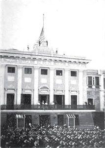 18 de octubre de 1898: la bandera de Estados Unidos es izada en San Juan, tras la invasión norteamericana de Puerto Rico aquel mismo año.