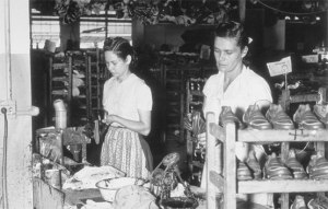 Mujeres en una fábrica, hacia 1940. Estados Unidos practicó una esterilización masiva de mujeres puertorriqueñas y promovió la emigración fuer ade la isla, para reducir su población.