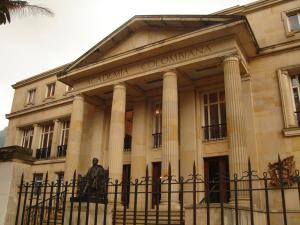 Vista de la Academia Colombiana, la más antigua de todas las academias americanas de la lengua española. Frente a la entrada se encuentra al monumento al eminente escritor, humanista y político Miguel Antonio Caro.