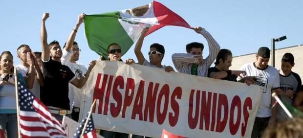Hispanos en una marcha contra la reforma migratoria promivida en 2006 en Estados Unidos.