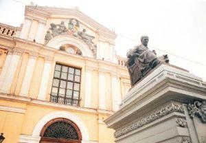 Vista de la Casa Central de la Universidad de Chile, con la estatua de Andrés Bello.
