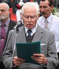 El Dr. Julio C. González leyendo una alocución pública en un acto por las Islas Malvinas.